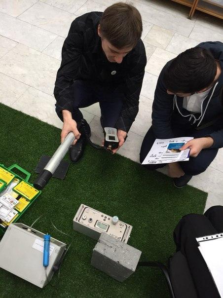 Специалист Экологии жизненного пространства Бурый Антон демонстрирует работу измерительных приборов
