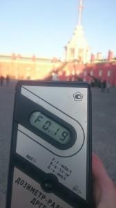 Измерение радиации на территории Петропавловской крепости в Санкт-Петербурге