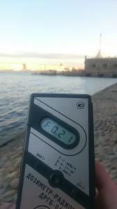 Измерение радиации на набережной Петропавловской крепости в Санкт-Петербурге